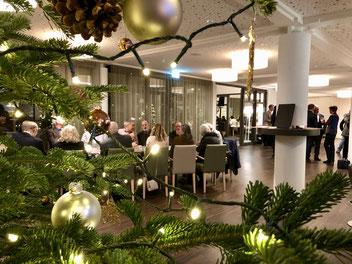 Blick durch den Weihnachtsbaum auf den Honoren-Tisch