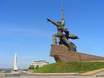 """Памятник """"Солдату и Матросу"""", вдали виден обелиск городу-герою """"Штык-парус"""""""
