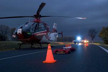 Hubschrauber der DRF Luftrettung bei Dämmerung im Einsatz