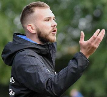 Hält seine Schützlinge mit kontaktfreiem Internet-Training bei Laune und in Form: Alessandro Wiegand, Trainer des heimischen Hessenligisten Großenenglis.