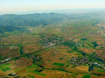 Luftbild von Markgräflerland und Schwarzwald rund um Bad Krozingen