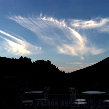 いちなるの空に現れた大きな天使の羽。いちなるの方向性について思案している時にこの羽のメッセージを受け取った。