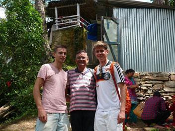 Uttam Dhungel und die beiden Ebersbacher Volontäre Kilian und Robin
