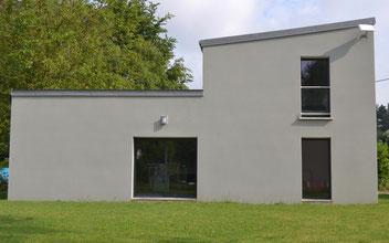Maison à toit monopente sur un terrain avec pelouse