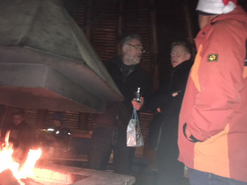 Vize Andi Jung mit Sohnemann Sebastian am Meiler-Feuer, nach dem Wichteln; mit Wichtelmütze: Holger Farcken