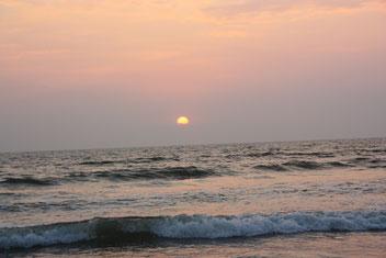 genieten van de zonsondergang op Ashvem Beach, Goa