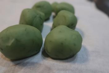 乾燥山椒の葉っぱを混ぜ込んだ風味豊かな味噌餡
