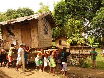Ein Haus zieht um. In Mambugsay, einem Dorf auf der Insel Negros (Philippinen).
