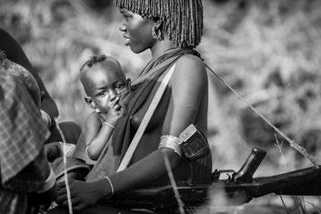 Latte e kalashnikov. Una donna della valle dell'Omo nell'Etiopia del sud