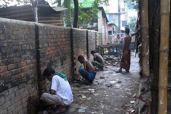 Calcutta. In India la defecazione in compagnia è un'occasione per socializzare