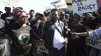 """Il momento della manifestazione di Potchefstroom contro i bianchi. """"La mia strada è quella del razzismo"""" recita il cartello innalzato dai sostenitori del BLF"""
