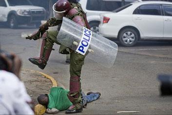 Nairobi. L'uomo a terra sta per morire con la testa fracassata dallo stivale del poliziotto