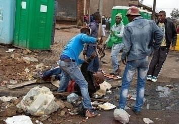 Africani 'macellano'  per strada un immigrato mozambicano di nome Emmanuel Sithole, è morto il giorno dopo in ospedale per le ferite riportate (aprile 2015)