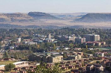 Veduta di Maseru, capitale del Lesotho. La serenità che ispira questa immagine è in forte contrasto con la realtà che la vede capolista africana negli omicidi