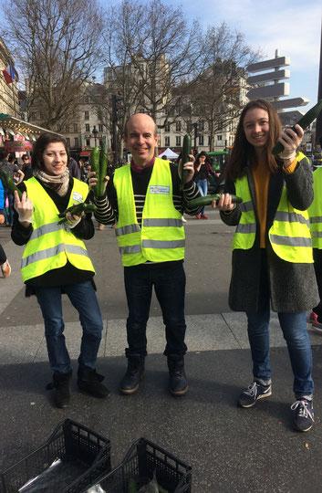 Distribution gratuite de concombres par les bénévoles des Moissons Solidaires
