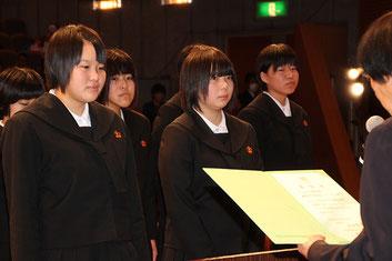 代表で藪塚本町中女子バレーボール部が壇上にあがった