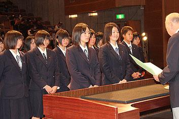 代表で太田商業ソフトボール部が壇上にあがった
