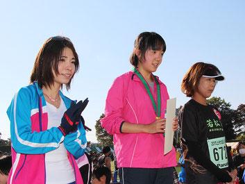 (写真左から)2位の佐藤さん、1位の赤澤さん、3位の飯野さん