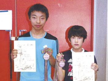 中学生男子サーブルで優勝した木村(左)と小学男子エペ3位の佐藤