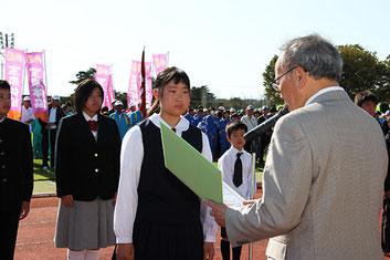 清水聖義太田市長より表彰を受ける渡邉さん