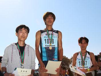 (写真左から)2位の勝又さん、1位の渡辺さん、3位の保坂さん