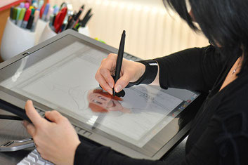 Illustratorin Jacqueline Kauer am Cintiq 21ux.