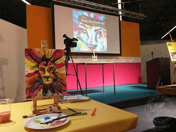 Das fertig gemalte Bild: ein Gemälde mit einem Löwenkopf in bunten Farben. Verwendet haben wir Acrylfarben