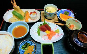 揚げたての天ぷらと刺身の盛り合わせの天刺膳