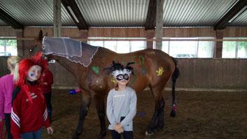 Die Schulpferde wurden geschmückt und bemalt – Pferd und Reiter sind eben beste Freunde!