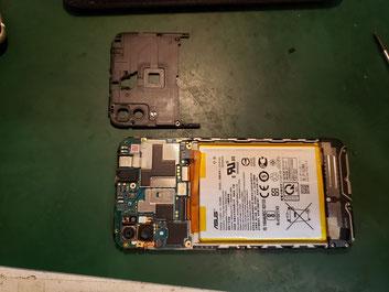電源ケーブルとケーブルブラケットを外したASUS Zenfone max M1