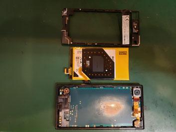ブラケットとバッテリーを取り外したXPERIA Xcompact