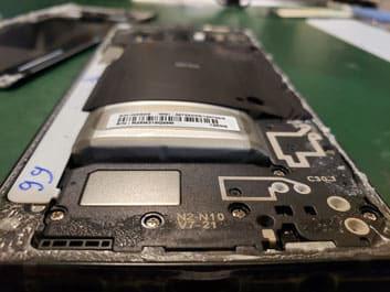 取付位置からはみ出た膨張バッテリーのGalaxy NOTE9