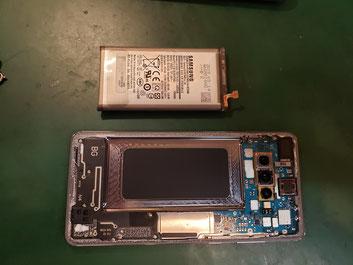 膨張バッテリーを取り外したGalaxy S10+