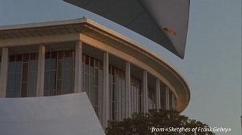 visuale da un'apertura del Disney Hall verso le finestre del Dorothy Chandler Pavilion