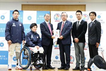 左から加納選手、櫻井選手、小松理事長、川越副社長、キィヘッドコーチ、牛込トレーナー