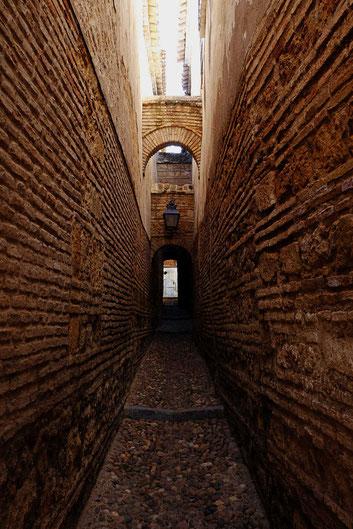 Photographie, Espagne, Andalousie, Cordoue, judería, rue, affiche, colonne, ombres, Mathieu Guillochon, briques, venelle