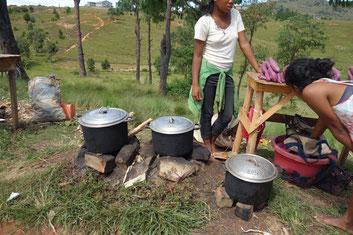 ロードサイドで薪で煮た芋を売る少女たち