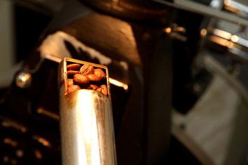 スプーンを取りだし、コーヒー豆の色の変化を見る。