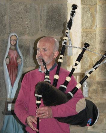 Le joueur de cornemuse, un vacancier,  s'est agréablement laissé réquisitionné pour animer la célébration