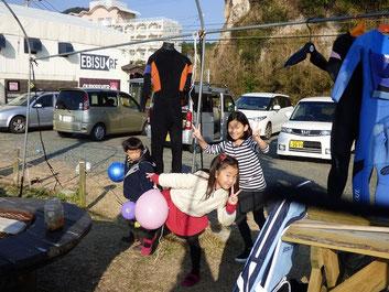 今日は暖かく、キッズ達も楽しそうに遊んでました(^_^)/ 次は縄跳び対決ね!