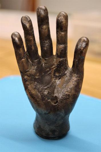 La main en bronze est aussi grande que celle d'un enfant. Crédit : The Vindolanda Trust