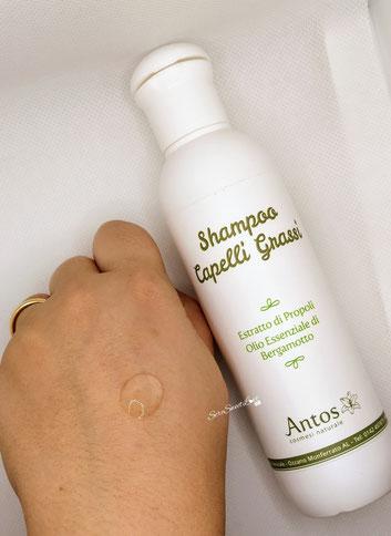 Texture shampoo capelli grassi Antos cosmesi naturale sopra dorso mano