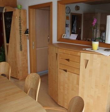 Vollholzmöbel aus hellem Ahorn und Esche  [© Foto: Dr. Gerhard Strobel]