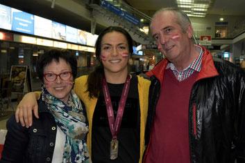 Martina freut sich mit ihren Eltern über EM Silber!