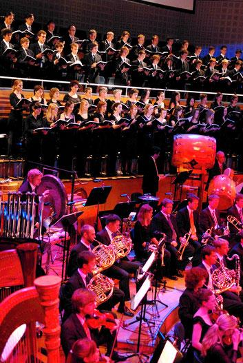 Der 21st Century Chorus vor der Royal Albert Hall in London