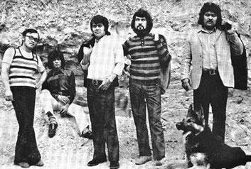 van links naar rechts: Ronny Domingus, Rudy Matheys, Lex van Eldik, Ronald Keyner , Chris van Eldik met aan zijn voeten Dago, de hond van Ronald