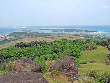 久米島の絶景スポット 遠くに白くハテノ浜が見える