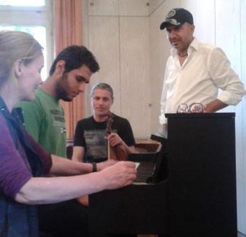 Musik-Projekt 'Klingendes Café International' von Dr. Ursel Schlicht mit geflüchteten jungen Erwachsenen, 2018, Kassel, Foto 4