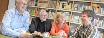 Mit guter Laune das Ehrenamt stärken: Pfarrer Bernhard Lücking, Klaus Peter Bongardt (l.), Monika Schmitz und Elmar Ibels im Gespräch. (WAZ-Foto: Ute Gabriel/Funke Foto Services)