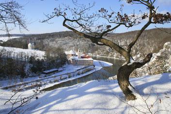 Auch im Winter ein malerisches Ziel für Wanderer und Ausflügler: Kloster Weltenburg am Donaudurchbruch bei Kelheim.
